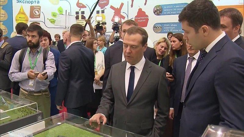 Медведев на выставке ВДНХ.jpg
